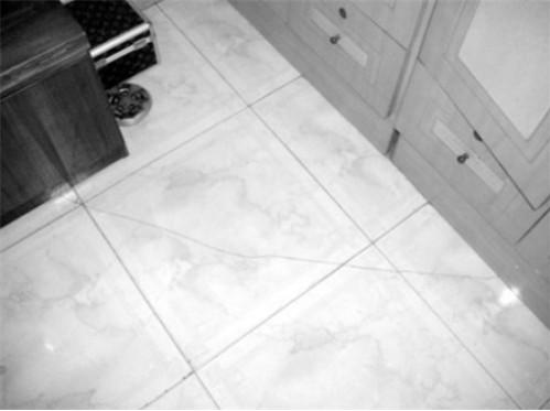 经常居住的房子里瓷砖裂缝如何修补技巧