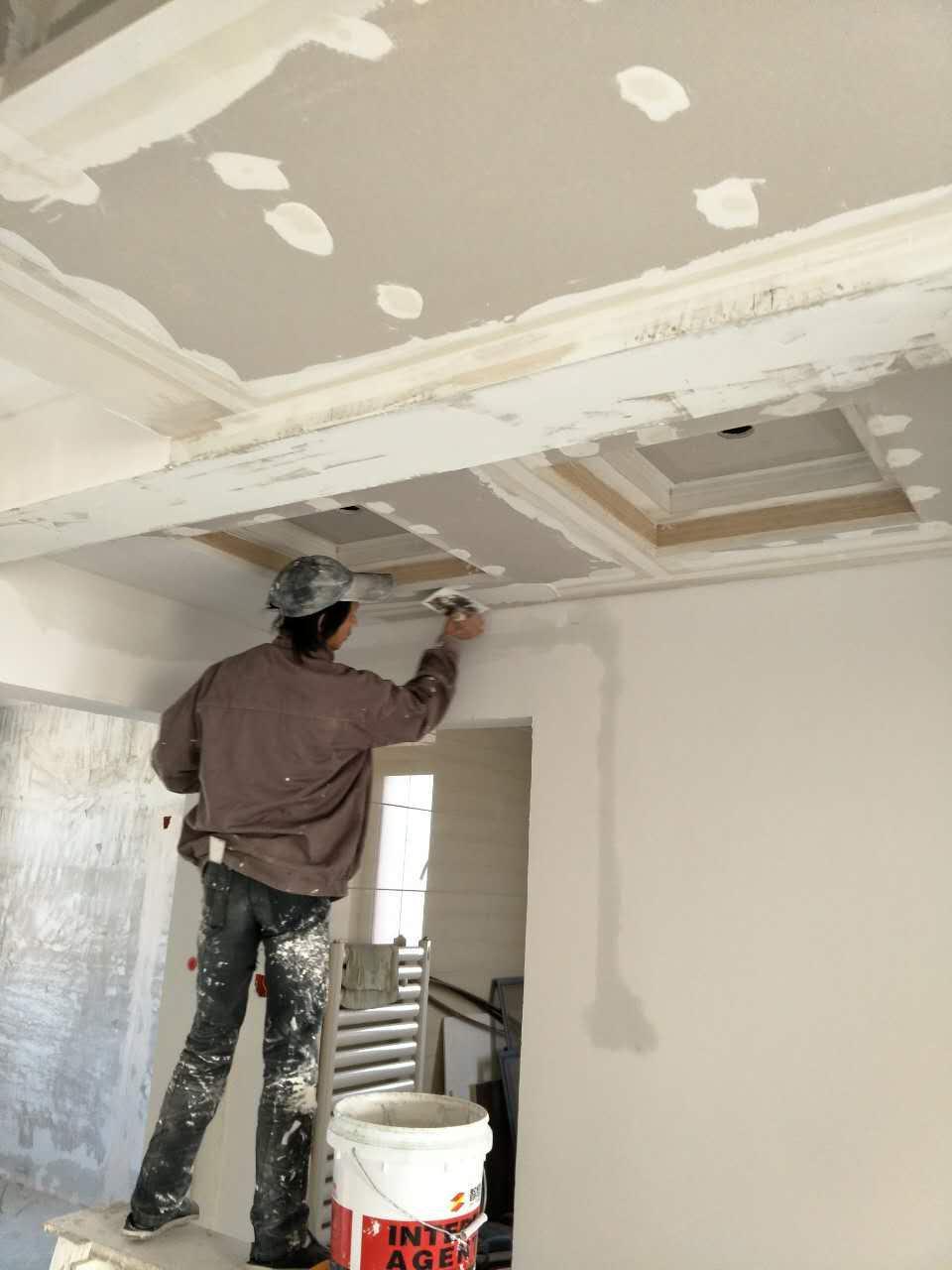 东城逸家杜先生装修现场-刮腻子、刷漆保护