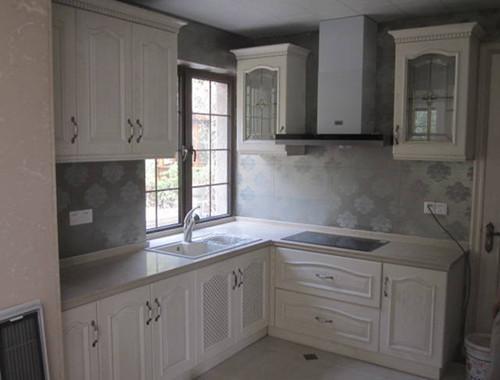 白色橱柜打造明亮简约厨房