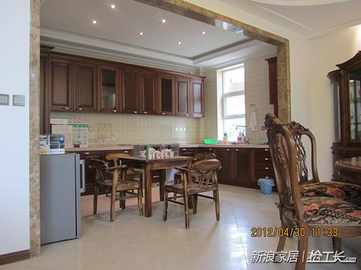 厨房的照明,并没有采用传统的吸顶灯而是在吊顶的基础上设计了六个图片