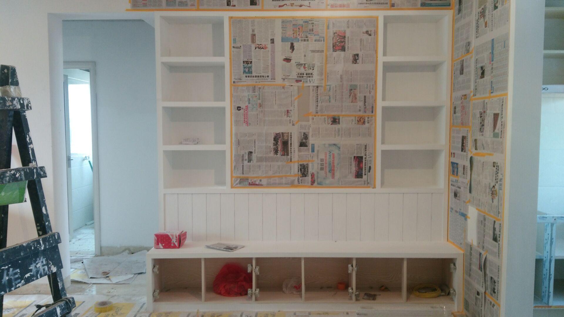 木工进场前,板材要先进场,仔细看一下进场的板子是否与合同相符,是否是正品。在南方的有些地方装修还要记得让白蚁公司来防白蚁。现场制作的门套,木柜等木制品,进行完本身的加工后,还应该在外面再刷上一层白胶,