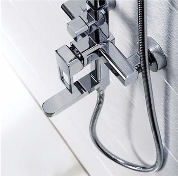 立焊焊接方法   立焊时,由于焊条的熔滴和熔池内铁水容易下淌,操作