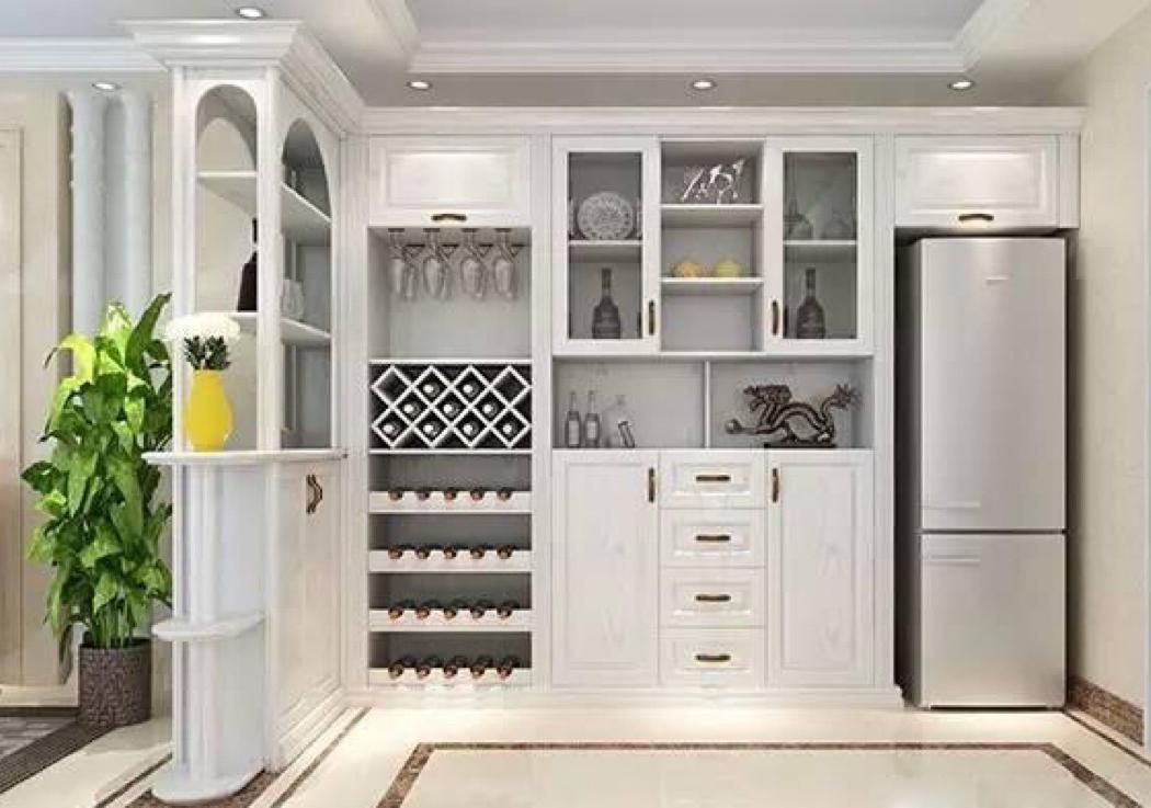 大众家庭通常是一字型酒柜设计,放上酒瓶,中式摆件等装饰品