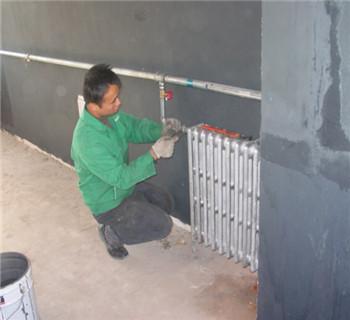 到了最末端的暖气片时再回并一根回水管路,回到主管道的回水管上.