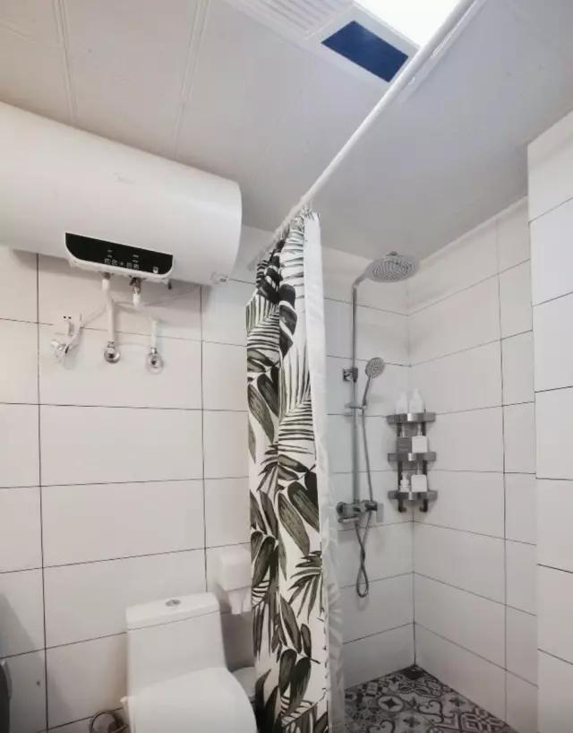 空间不大,但是放下了洗衣机,1米洗手柜,马桶,电热水器,淋浴间