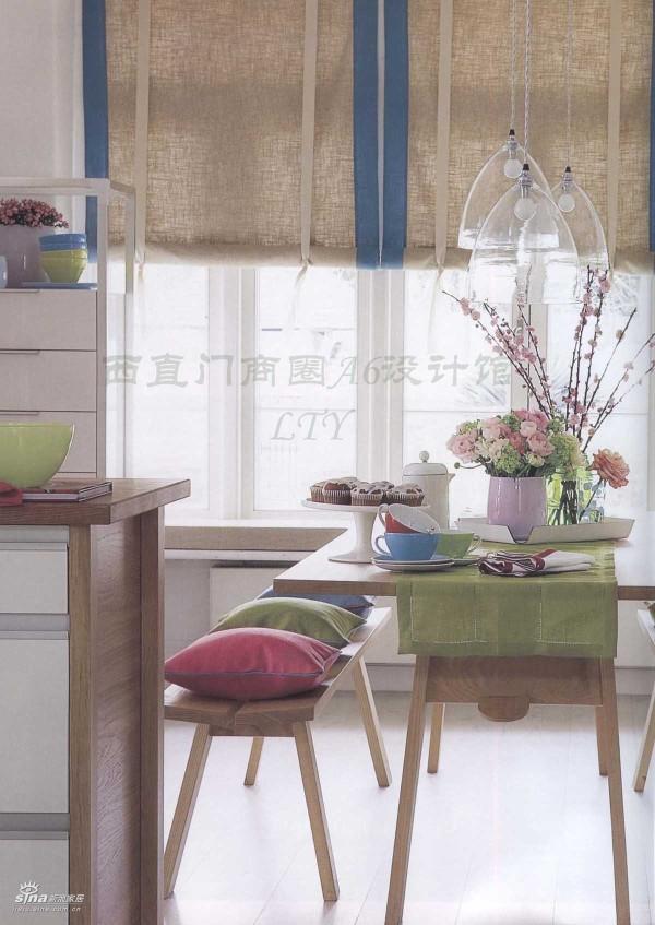 整体为浅色调,原木质的家具和地板非常协调统一,窗帘为麻布的质地,桌上搭配精美的花插和看似随意摆放的餐具,闲适的生活气息扑面而来。