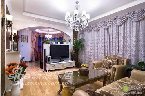 客厅与走廊使用了大量弧线与门洞设计