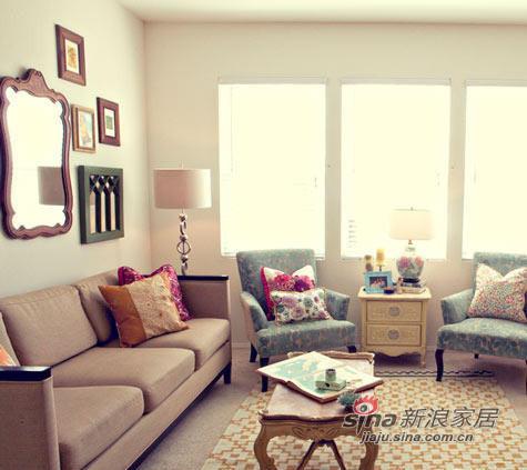 原木色实木座椅,甚至包括墙面上的装饰画,