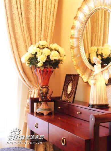 卧室内家具本来就不多,因此除了婚床之外,梳妆台和床头柜的布置也要细心留意,鲜花起到了活跃气氛的作用,而相架则是两人甜蜜的见证