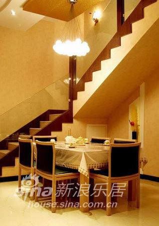 楼梯与餐桌