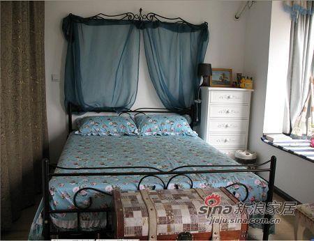 卧室的铁艺大床,蓝白相间。