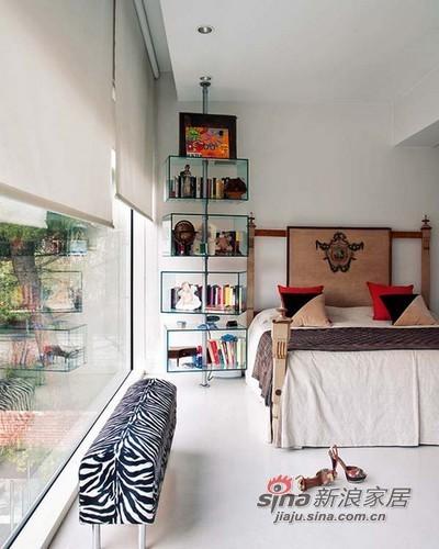 整个卧室邻着大的落地窗,窗前的长凳,睡前看看雨,听听风,那日子相当小资