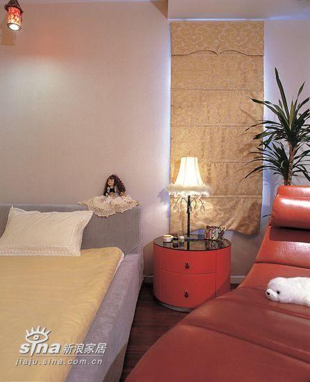 床头灯虽然并不贵,但是却赋予房间一种别致的情调