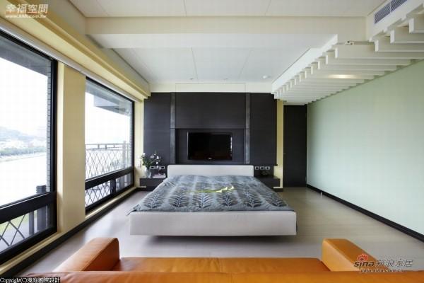 床头精心规划了升降式电视门