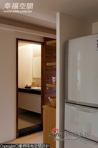 利用客厅主墙旁收纳柜体后方空间做为冰箱置