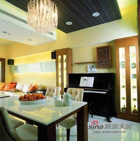 木色酒柜放着各种装饰品既朴实又具现代气息
