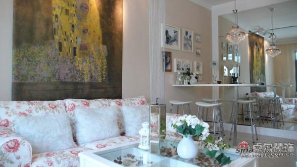 油画做沙发背景