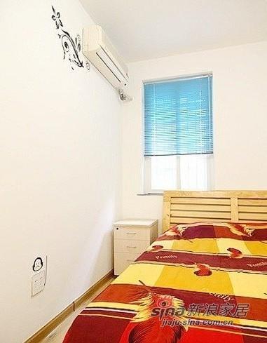 次卧的床是木制的,温暖