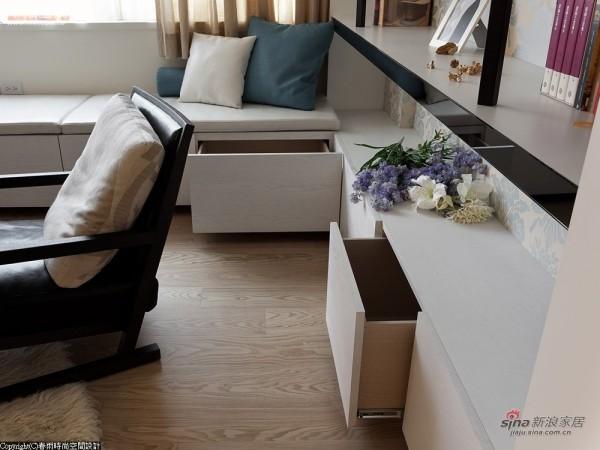 层架下方则改以深抽屉延续客厅的收纳空间
