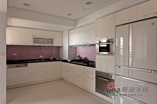 淺紫搭配淺白的古典配色,在ㄇ字型的廚房空