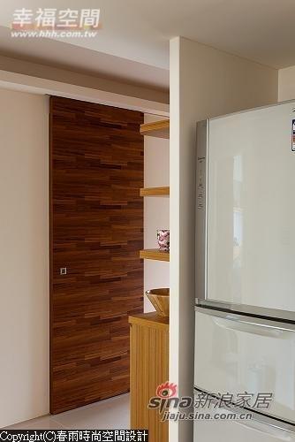 统合了客厅主墙延伸规划出冰箱、卫浴等区域