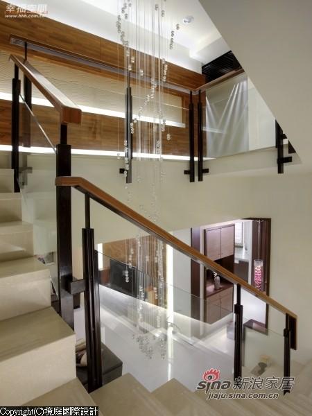 楼梯扶手以不锈钢烤漆及强化玻璃为主体