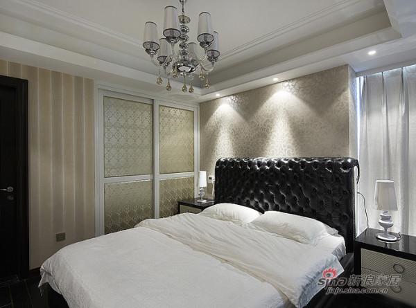 黑色拉扣的真皮双人床,配上白色的真丝床品