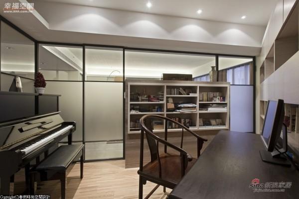 斜面的畸零空间则作为书房与琴房的休憩场域