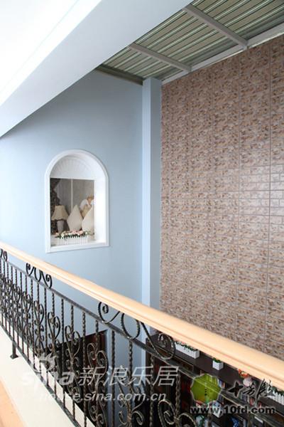 楼梯的样式与一楼的铁艺栅栏相呼应