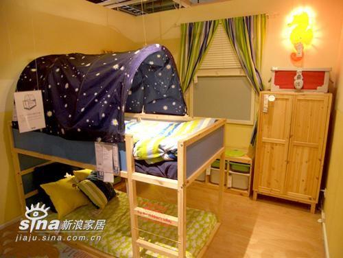 这是一个两用的高低床,7-8岁前的小孩子可以如图这样用,当孩子大点的时候,可以把床翻过来当四柱床用