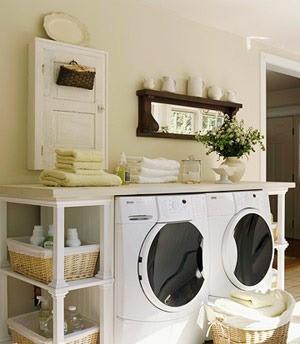 呈一字型展开的收纳家具只需借助家中的一面墙体,便能立刻打造出一个功能齐全的洗衣专区。两边延伸的部分用来安放清洁用品,中间的空处正好能嵌下洗衣机等家电,顶部的平面则可以分类放置需要清洗和已经清洗完的两类物品。