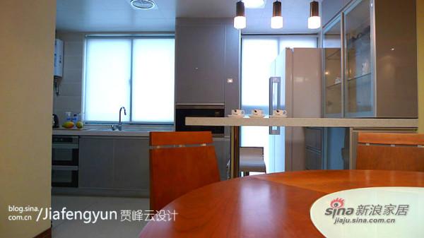 特别规划出的石英石吧台和餐柜是厨房的补充