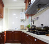 厨房是长条型的,还算宽敞吧。