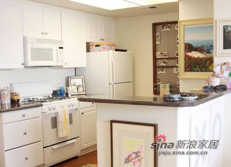 干净整洁的厨房,白色的整体橱柜,使屋中也