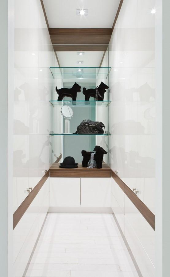 走廊的巧妙之处是把储物空间边的更加强大了不是,四周都是白色烤漆板式柜子。