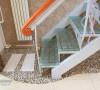 挖槽做出不规则的小空间,铺上小石子