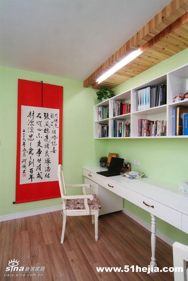书房-因为我和老公经常要同时使用书房,书桌就设计成靠墙长桌,上面是一长排的书柜,大大节省了空间,也留出足够的空间作为客房