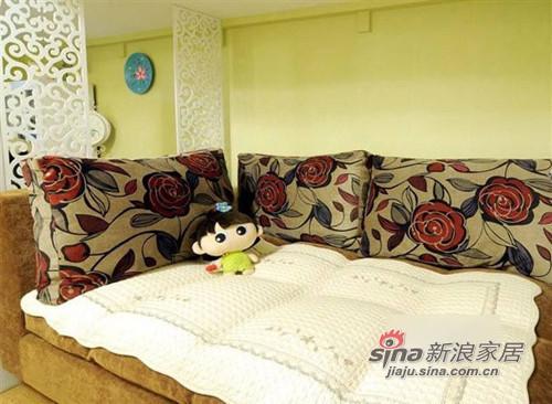 沙发其实是沙发床,靠垫与可爱玩偶都是网购