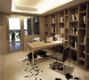 不规则的书柜可将你不同尺寸的藏书收纳其中 简约风格的家具看起来十分清爽。脚下的奶牛皮地毯彰显了主人的格调
