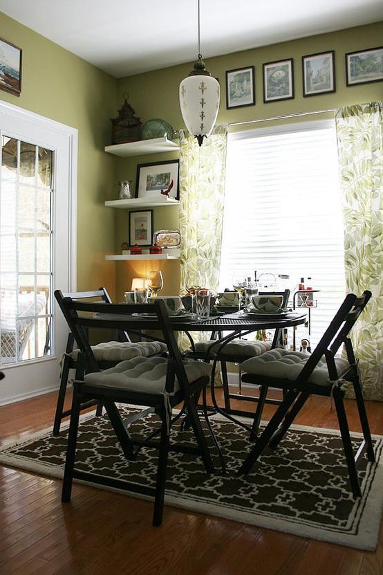 绿色的窗帘,绿色的墙面以及棕色的地板都让家居有了新感觉!