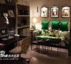 绿色的沙发是这套中最出彩的地方,使得整个房间看起来不至于沉闷