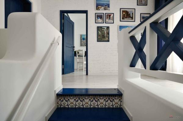 复式二楼的扶栏和楼梯,都是完全地中海的设计,弧形的转角,深蓝、木质的主料