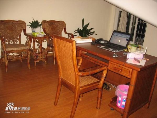 书房,家具是竹子、藤椅的,好不容易掏得