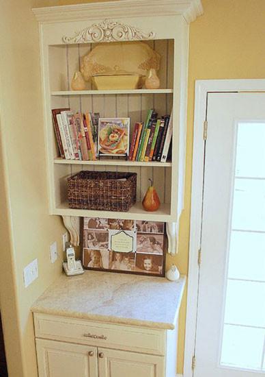 门后的墙角,往往很容易被忽略的死角,常常易被门的开与关而淹没。按照合适的尺寸,在这设立一个玄关柜,顶端区域也要好好利用,挂壁柜的填入将空间利用至极,设计成书架很是不错。
