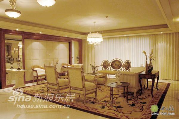 大地毯的铺设将客厅区域与餐厅区域分割
