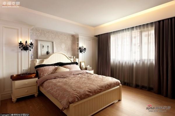 床头设计成安妮皇后时期流行的山形墙线条