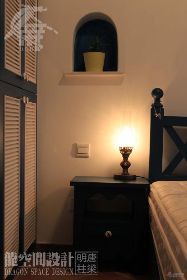 卧室-现场木作床头柜、木架床、百叶门衣柜