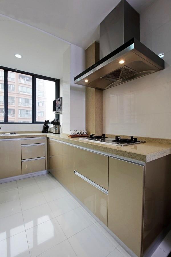 香槟色的厨柜显得很大气,就喜欢这样的颜色。