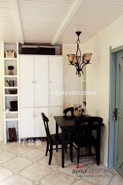 实木餐桌和怀旧的吊灯。