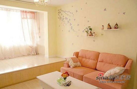 客厅全景,粉色的布艺沙发